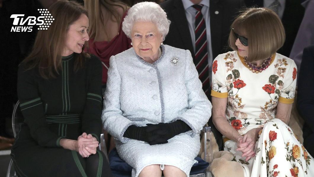 圖/達志影像美聯社 倫敦時裝周閉幕 英女王驚喜現身看秀