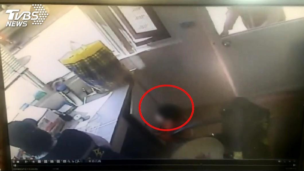 圖/TVBS 媽媽不要走!夫妻吵架 1歲童遭棄警衛室