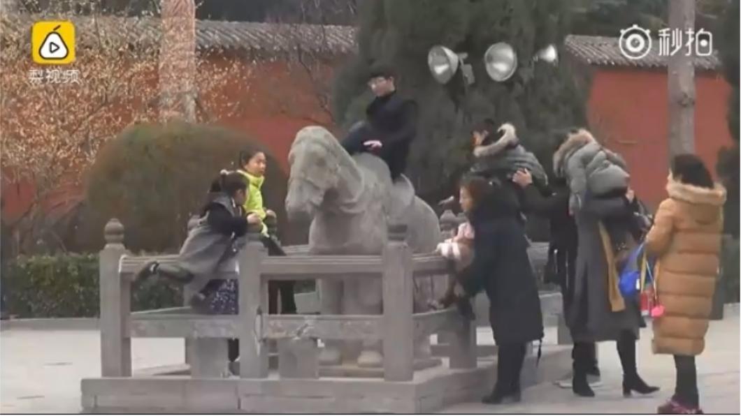 圖/梨視頻影片截圖。下同 毀白馬寺千年石馬 超扯大媽一跨「騎馬馬」