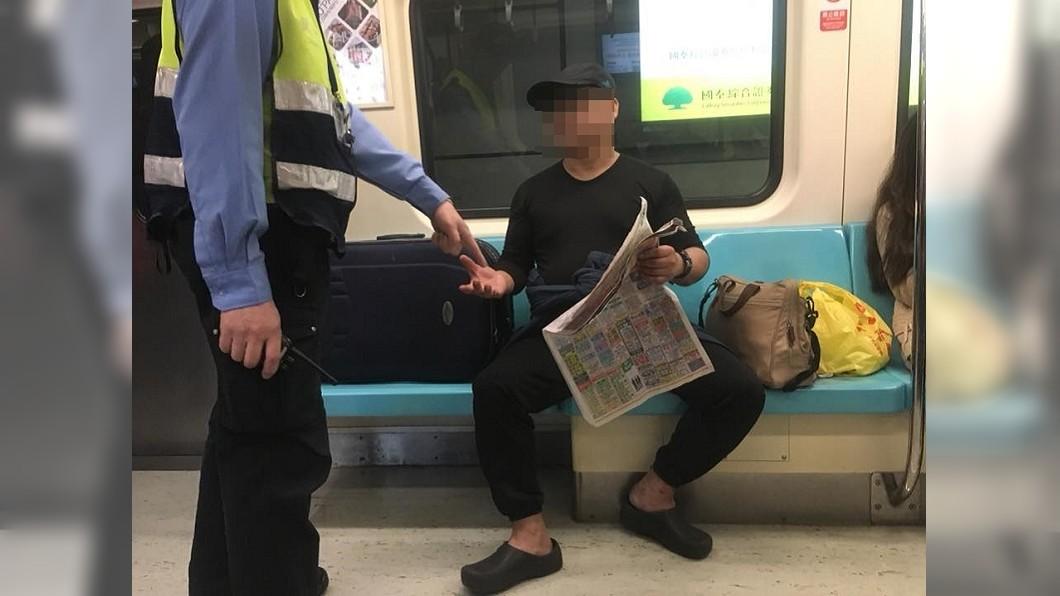 圖/爆料公社 男搭捷運丟行李佔4位 「不想給外國人坐!」