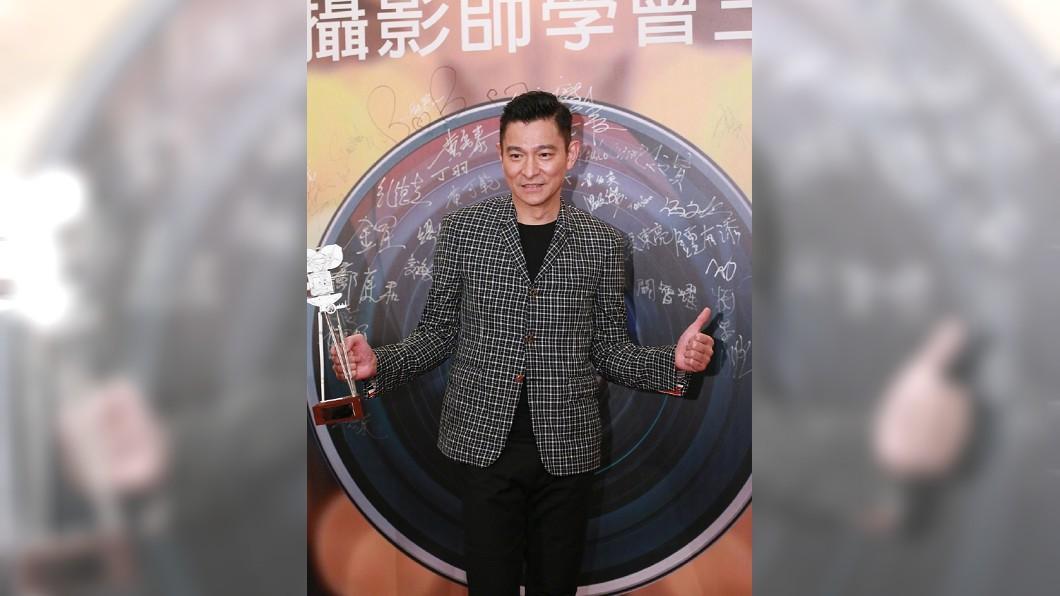 圖/翻攝自新浪娛樂(下同) 劉德華帥氣亮相攝影師晚宴 「可劇烈動」預告演唱會新舞