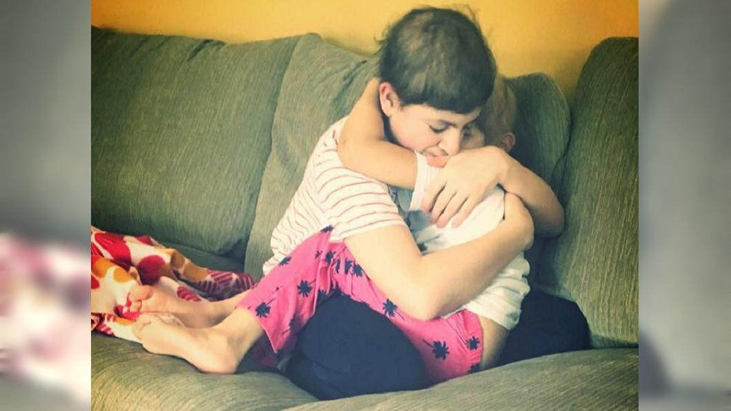 加拿大一對兄妹同罹腦瘤,其中哥哥似乎自知不久於人世,緊緊擁抱著妹妹。(圖/翻攝自臉書) 鼻酸!兄妹倆同罹腦瘤 病危哥不捨擁幼妹