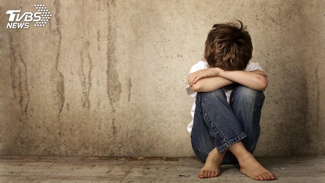 男子凌虐同居人3歲兒致死,法院裁定羈押禁見。(示意圖,非當事人/shutterstock達志影像) 3歲童疑遭凌虐傷痕累累送醫不治 生母同居人羈押禁見