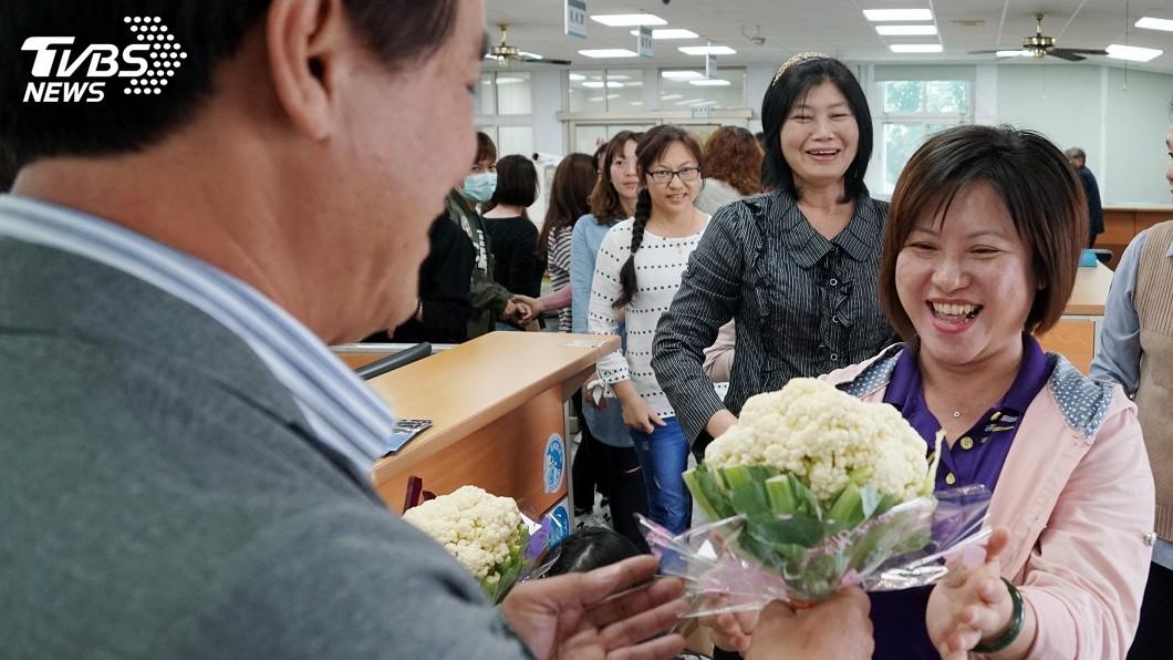 圖/中央社 三八婦女節  鄉長送女員工的花很特別