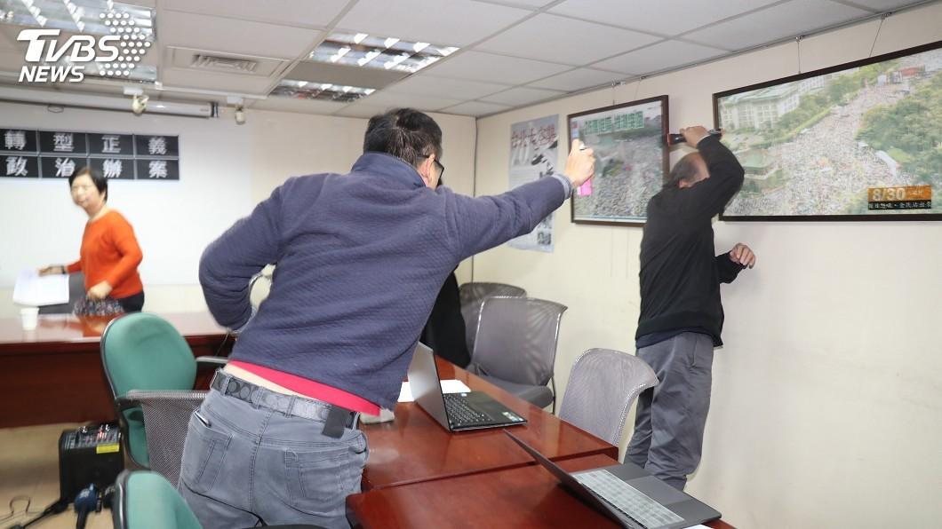 圖/中央社 北社記者會遭人抗議 蔡丁貴被噴不明液體