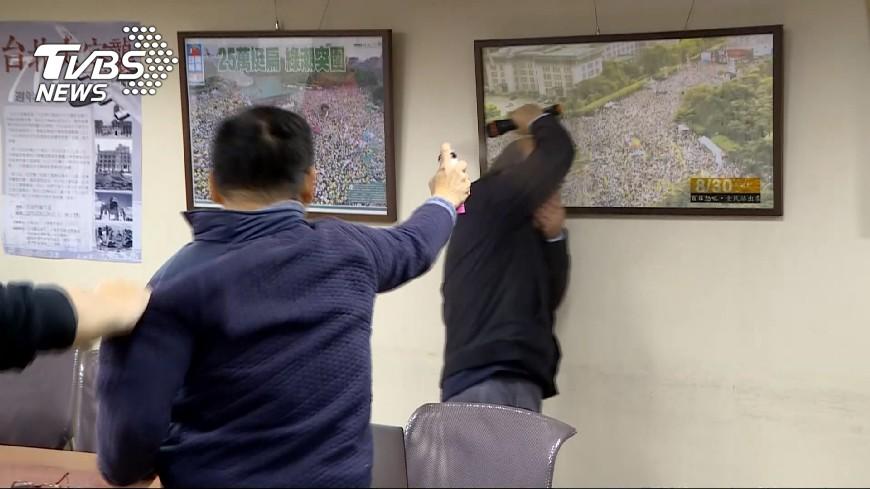 統派成員胡志偉朝蔡丁貴噴灑不明液體,讓現場所有人都嚇了一跳。