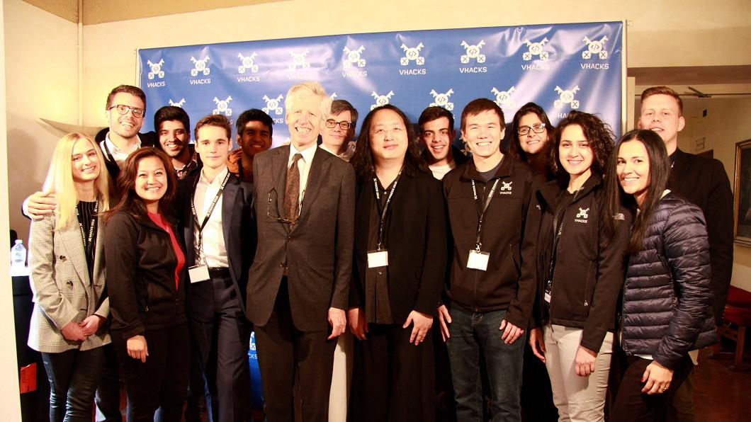 唐鳳出席首屆梵蒂岡黑客松 義國粉絲認出