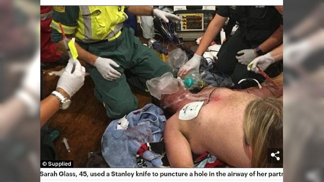 紐西蘭一名男子吃牛排時被噎住,女友替他進行氣切保住一命。(圖/翻攝自每日郵報) 男吃牛排噎到險死 女友拿刀切開氣管救命