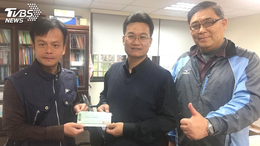圖/中央社 小學生義賣水果近20萬元 助花蓮震災重建