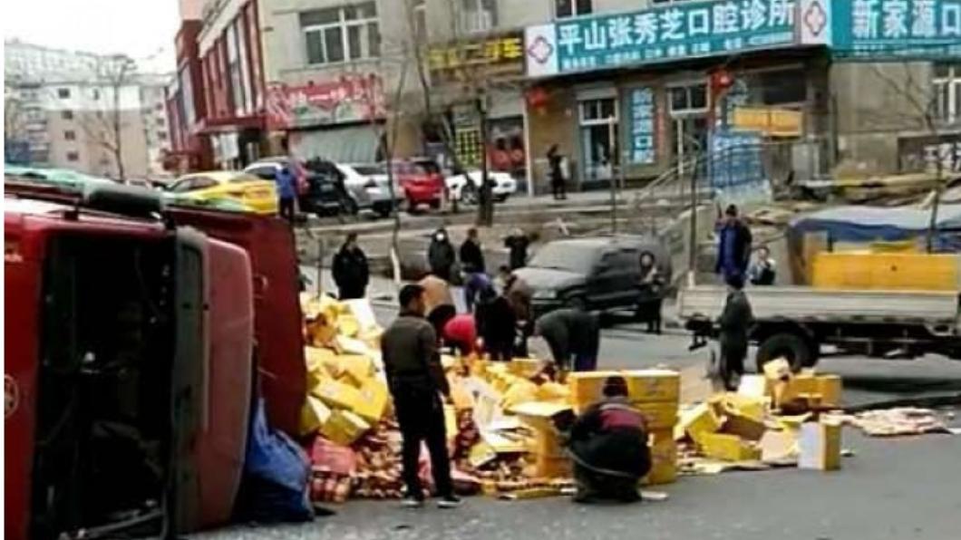 路人在街上幫忙撿起散落一地的飲料