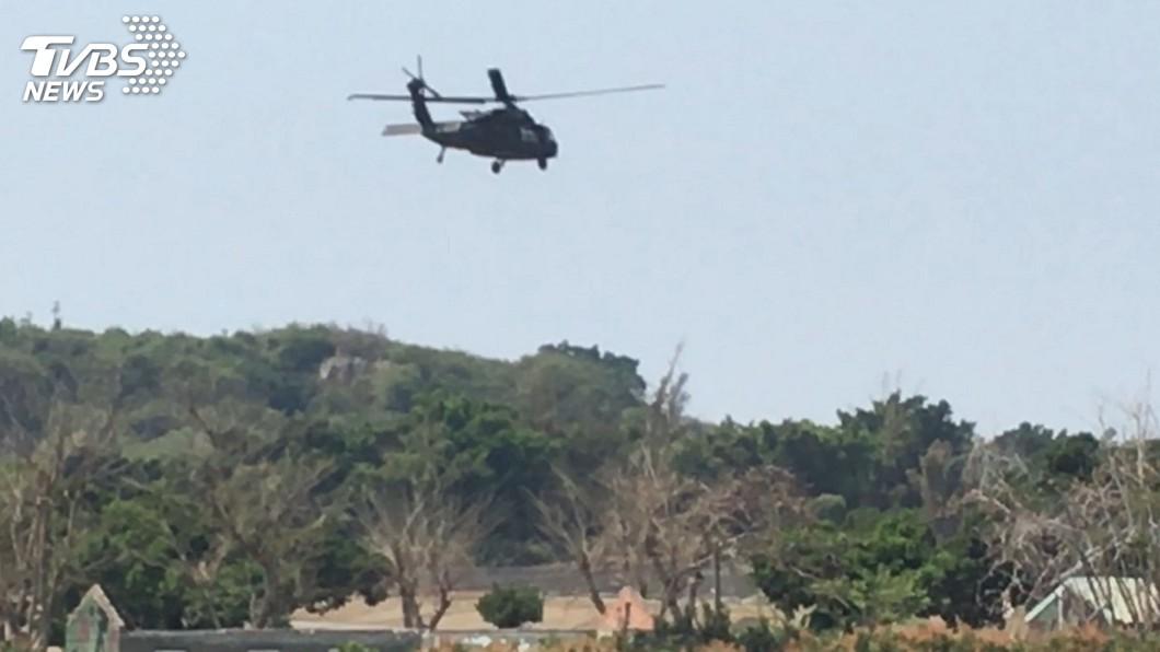 圖/中央社 預警降落林園 黑鷹直升機返航