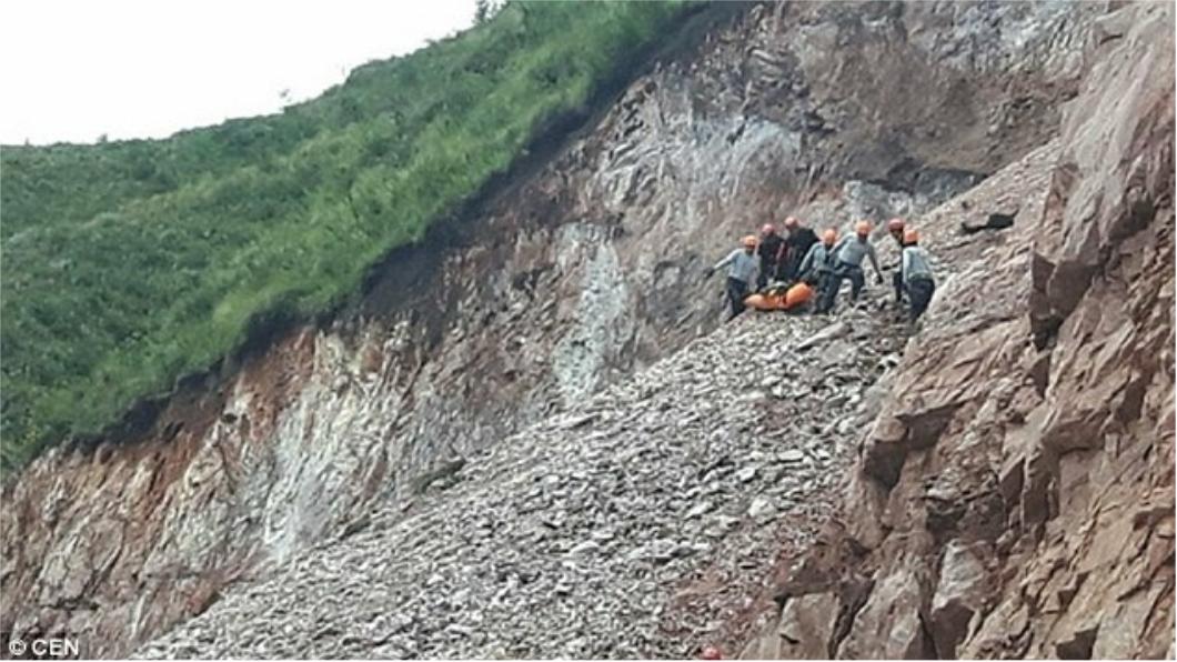 警察和消防員在碎石下發現花爾帕的遺體。