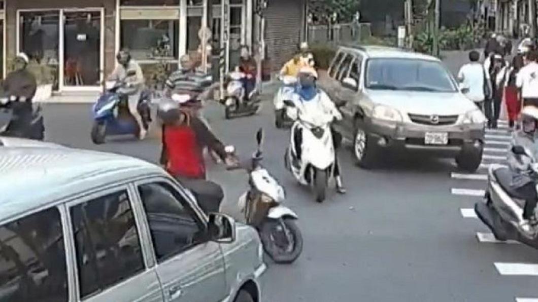 擦撞發生後,騎士原本準備要將車子停好找汽車駕駛理論。