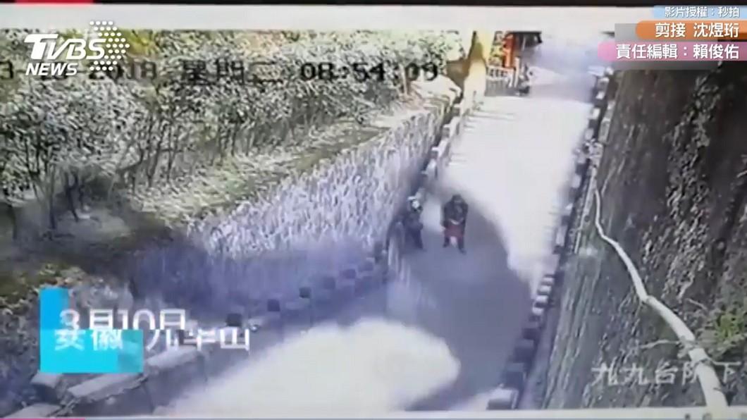 遊客懸空坐欄杆,不慎墜落當場摔死。圖/翻攝自 秒拍