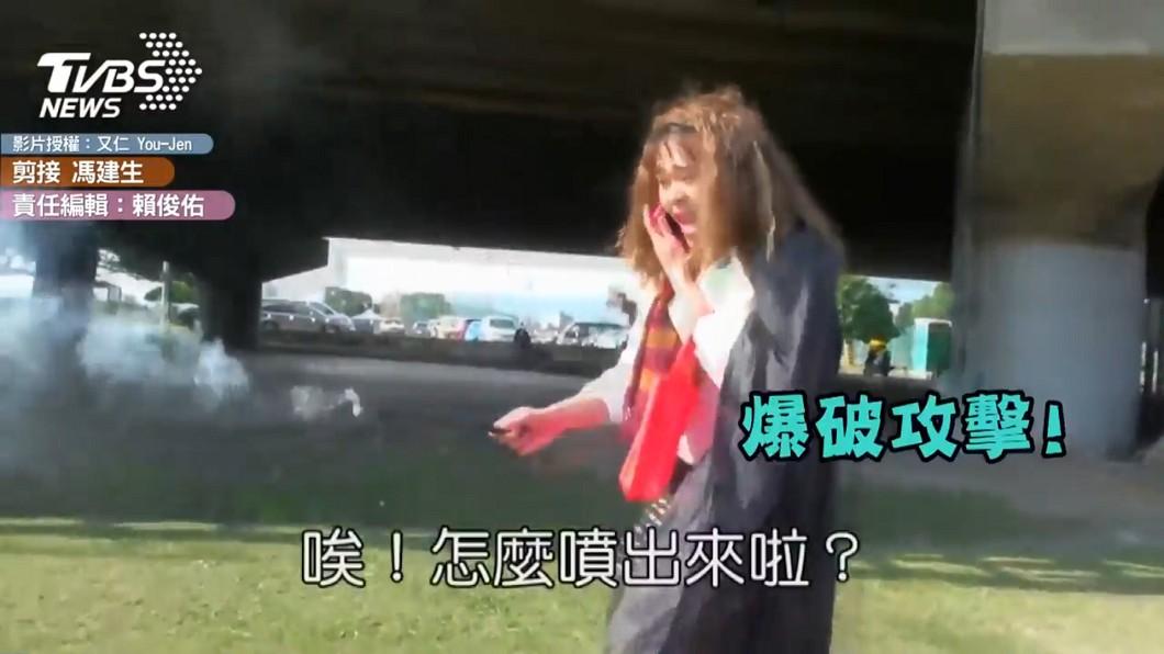 秀娥不小心點燃魔法棒煙火,嚇得四處亂竄。圖/又仁 You-Jen