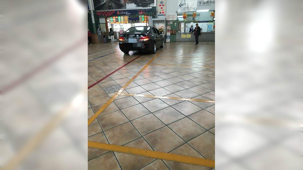 有駕駛把車直接駛入嘉義火車站的售票大廳內,民眾看了全嚇壞。(圖/翻攝「綠豆嘉義人」自臉書粉絲團) 男開轎車直闖火車站大廳 民眾全看傻