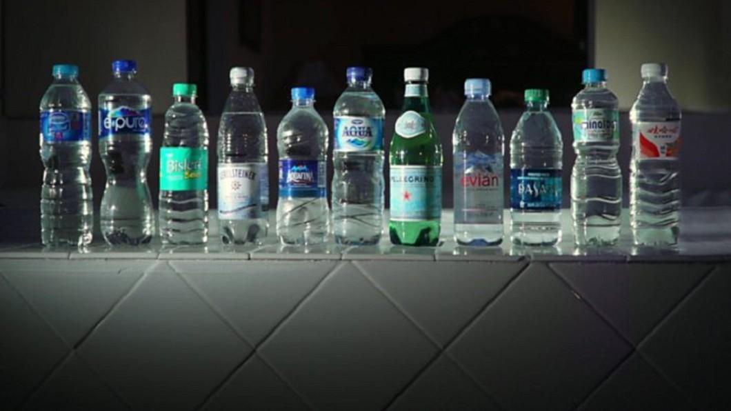 美國非營利組織Orb Media調查出各國逾9成的瓶裝水含有微小塑膠纖維或顆粒。圖/翻攝Orb Media官網 宛如星空?9成瓶裝水含有塑膠微粒
