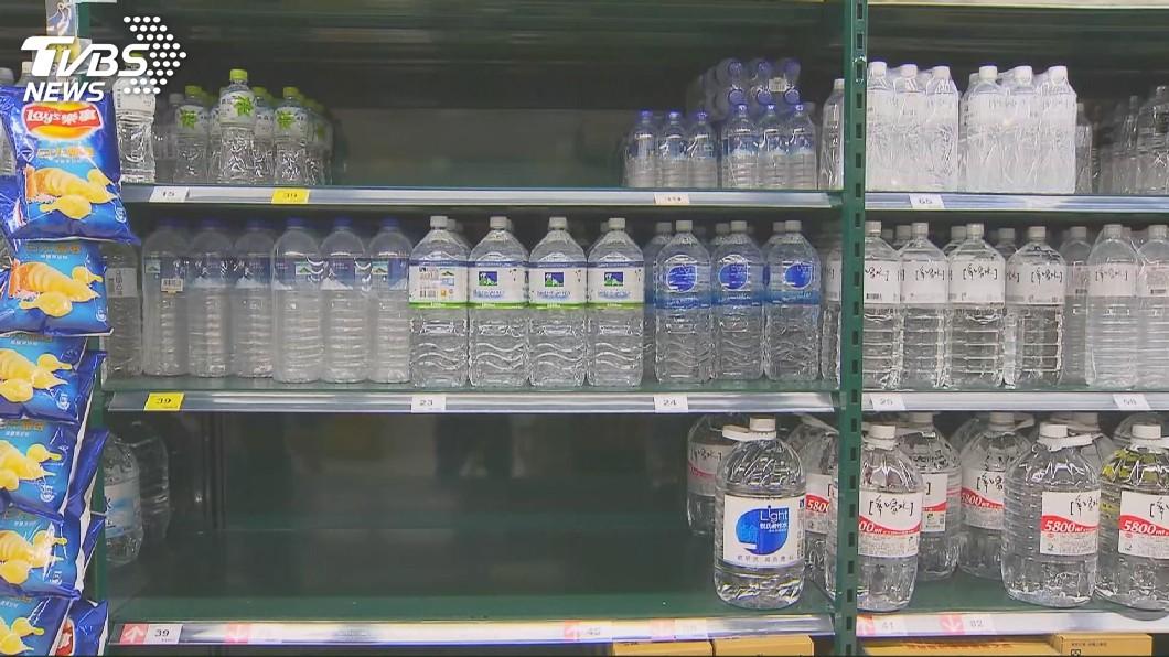 醫師建議市售寶特瓶勿重複使用。圖/TVBS 死不丟!寶特瓶重複裝水喝 醫驚:「細菌水」下肚了