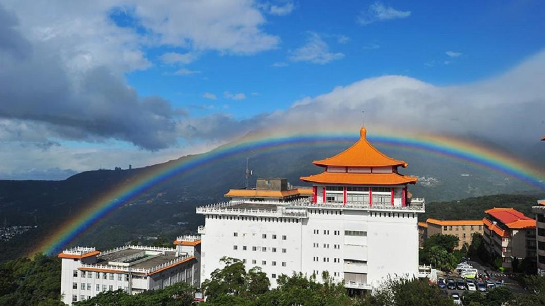 文化大學去年11月30日出現將近9小時的長壽彩虹,還因此登上外媒版面。圖/翻攝自 劉清煌 臉書