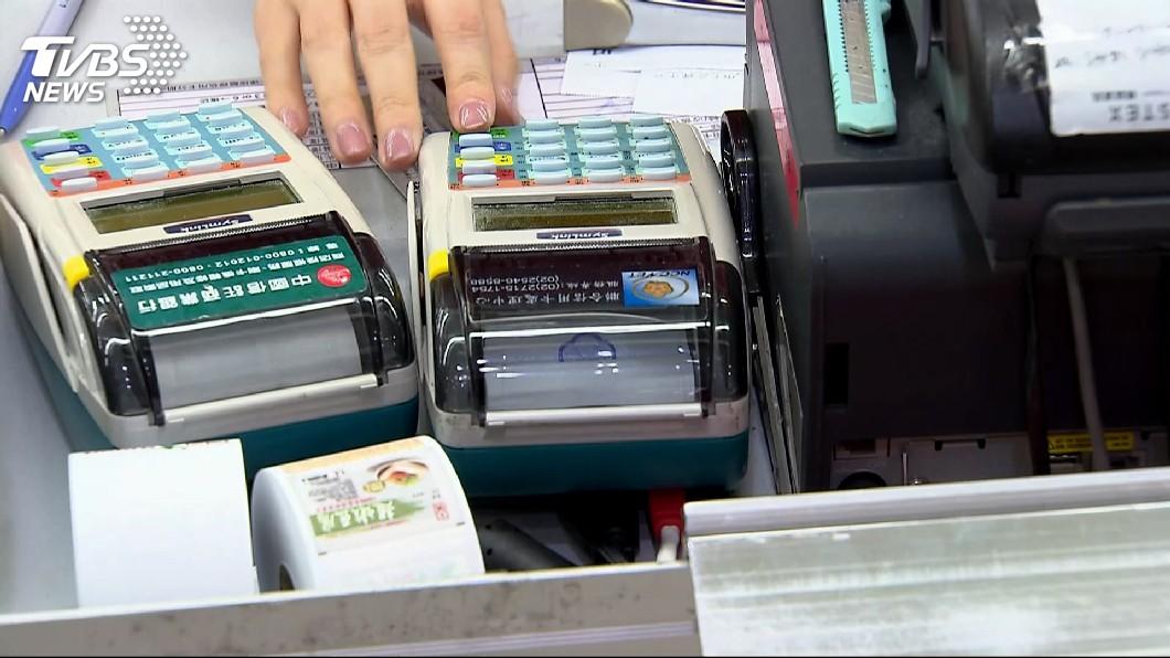 示意圖/中央社 超商購物刷卡更方便了! 7月起這3家銀行將放行