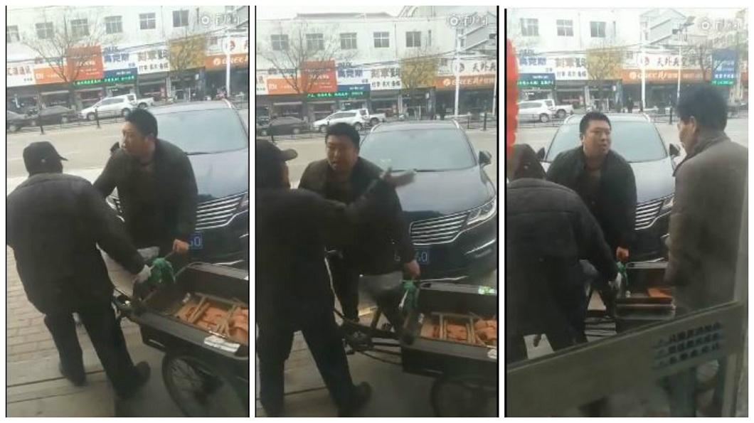 山東一名老翁刮花人家車子,不但不認錯還掌摑車主。(圖/翻攝自濰多身邊事) 9旬翁刮花車還掌摑駕駛 兒拒賠:你揍我爹一頓抵債吧