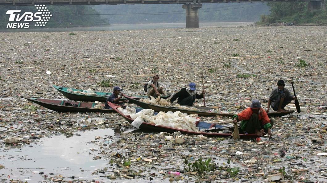 圖/達志影像路透社 最髒河流鉛超標千倍 印尼盼7年內淨化
