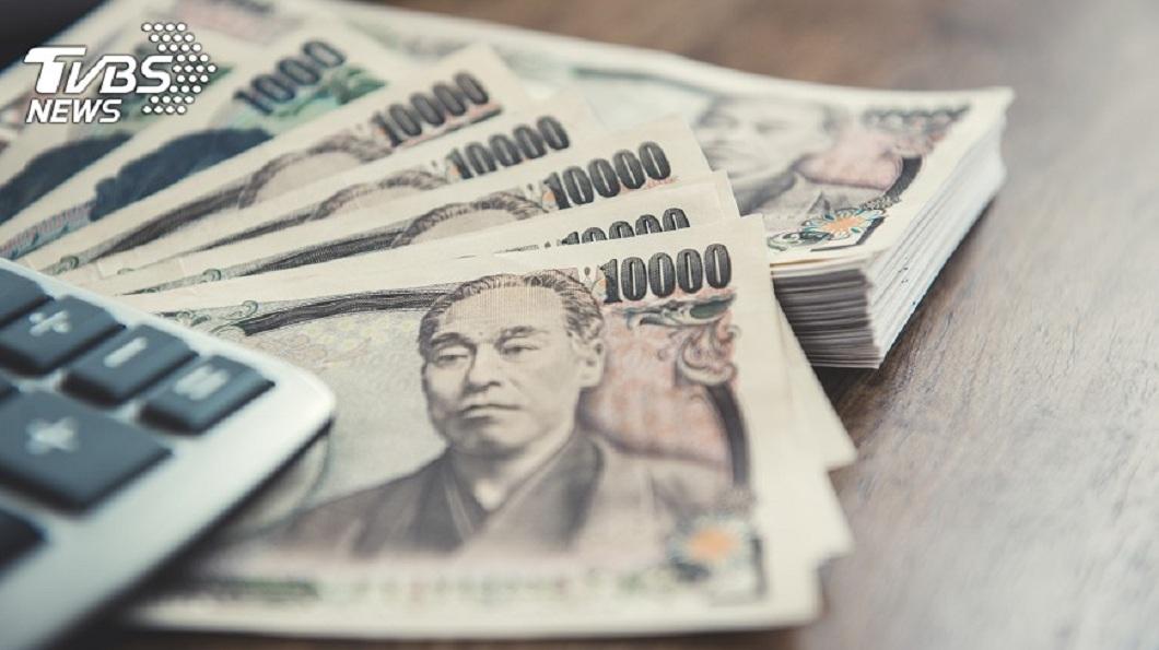 日本一名男子拿10萬元到銀行換錢,結果行員換給他100萬。(示意圖/TVBS) 蝦毀?男拿10萬鈔票換錢 行員「眼殘」給他100萬