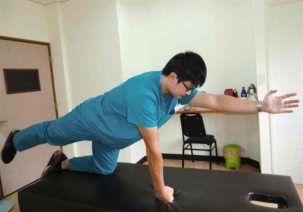 【背部肌群訓練運動】:採跪姿,舉起1手和對側1腳,縮小腹且背部打平。圖片來源/活力得中山脊椎外科醫院