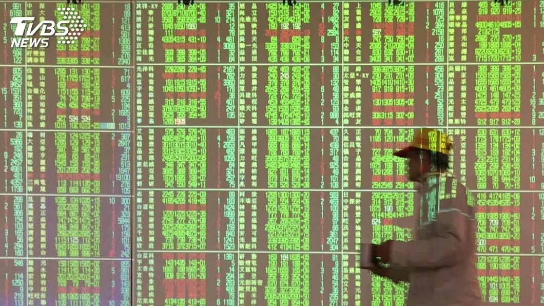 (圖/中央社) 台積電暫熄火 台股跌逾30點暫失守13700點