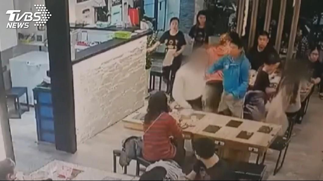 圖/TVBS 就是這「4句話」!男爆氣潑熱湯 長髮女險毀容