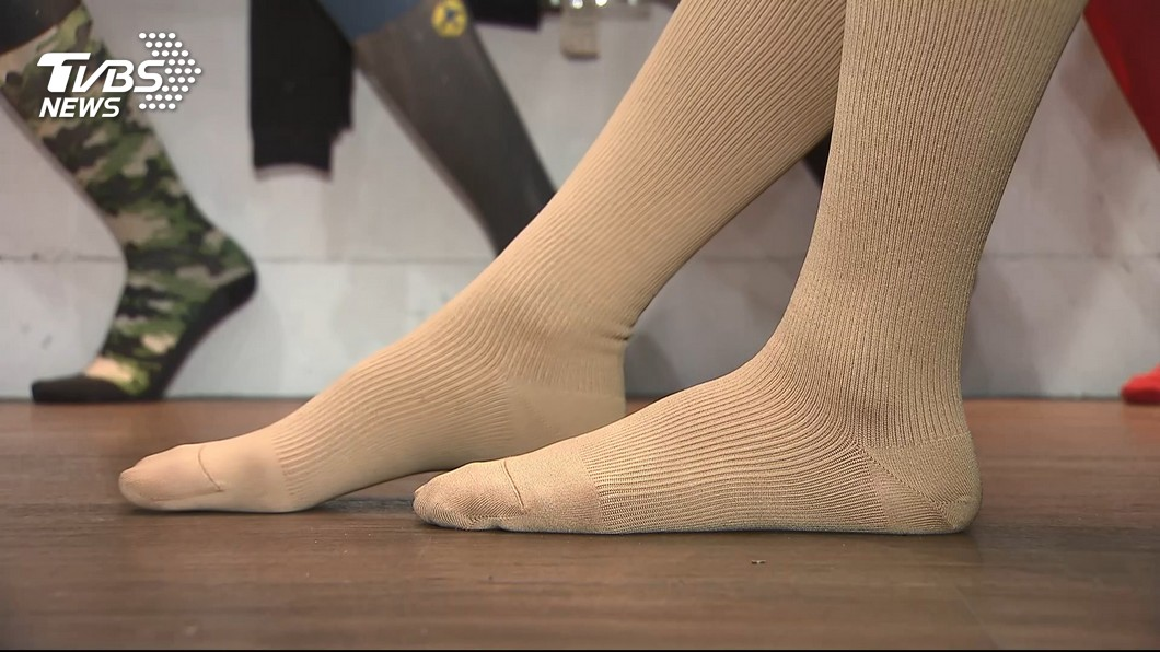 彈性襪藉著壓力促進靜脈迴流,減少血液鬱積,避免病變血管繼續擴張。圖/TVBS