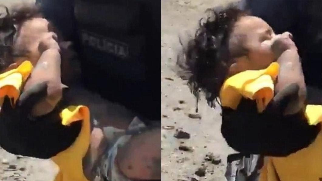 女嬰被丟下橋後在泥土中掙扎大哭,兩名員警經過將她救起。圖/翻攝自英國每日郵報
