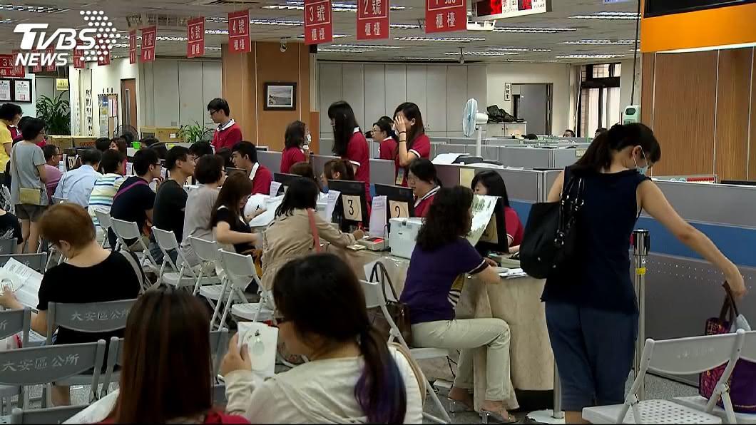 示意圖/TVBS 公務員上班別亂看 在候選人臉書按讚留言恐違法
