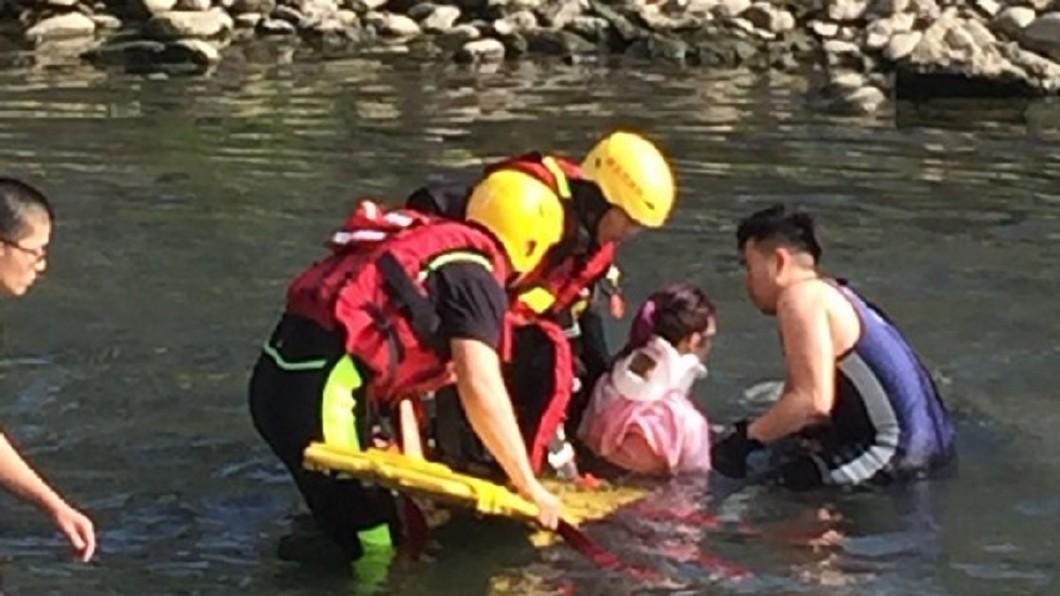 女大生獲救時無明顯外傷,隨即送往醫院救護。圖/翻攝照片