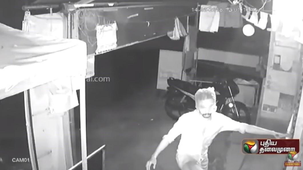 圖/翻攝自YouTube 笑翻!蠢賊頭套「塑膠袋」行竊 遭警方秒識破