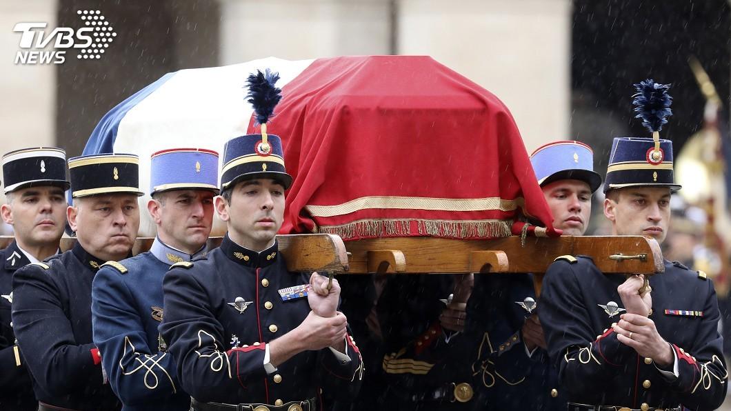 圖/達志影像美聯社 表彰槍擊殉職警 法總統譽為抵抗精神象徵