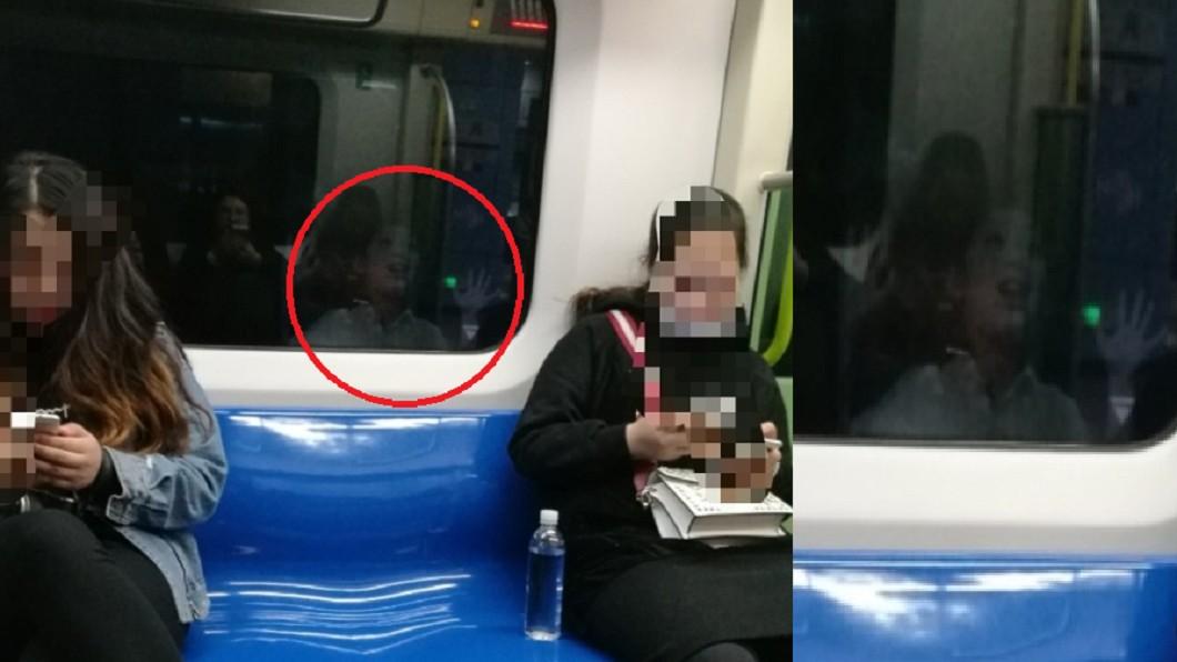 車廂窗外有男孩在招手,嚇壞乘客。圖/翻攝自 微博 車廂窗外有亮點 仔細看「慘白男孩招手」嚇壞人