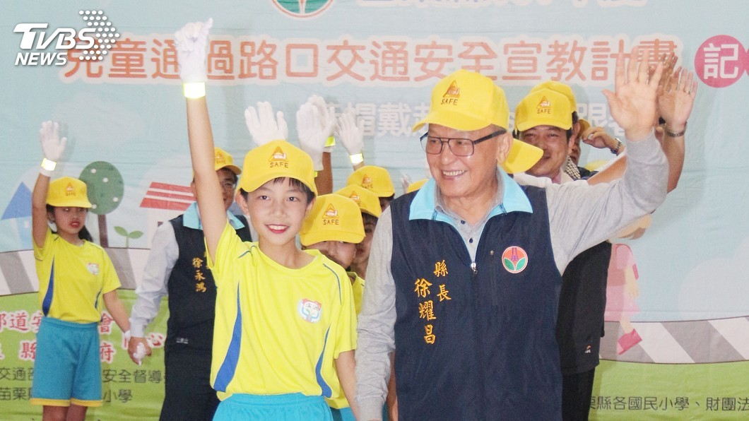 圖/中央社 加強安全過路口 苗縣學童戴小黃帽
