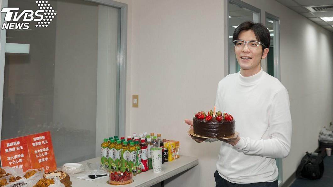 圖/華納音樂(下同) 蕭敬騰工作度過31歲生日 粉絲買公車廣告告白