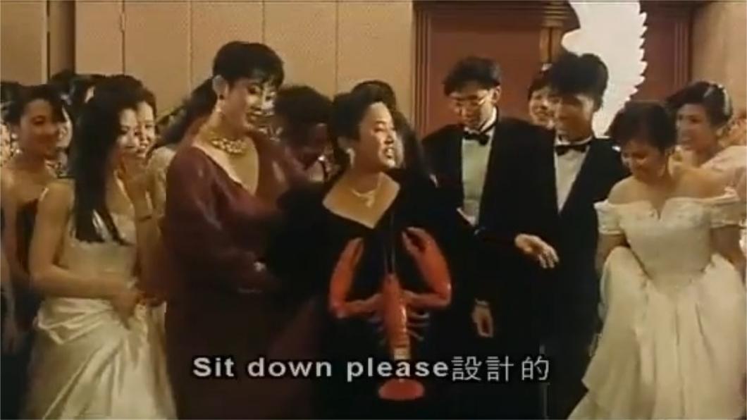 葉德嫻(中)劇中穿著搞怪的龍蝦裝。圖/翻攝自YouTube