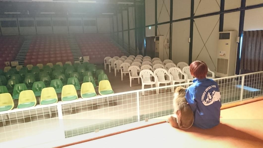 猴子和訓練員並肩而坐,表示「怎麼都沒人來看我們表演?」。