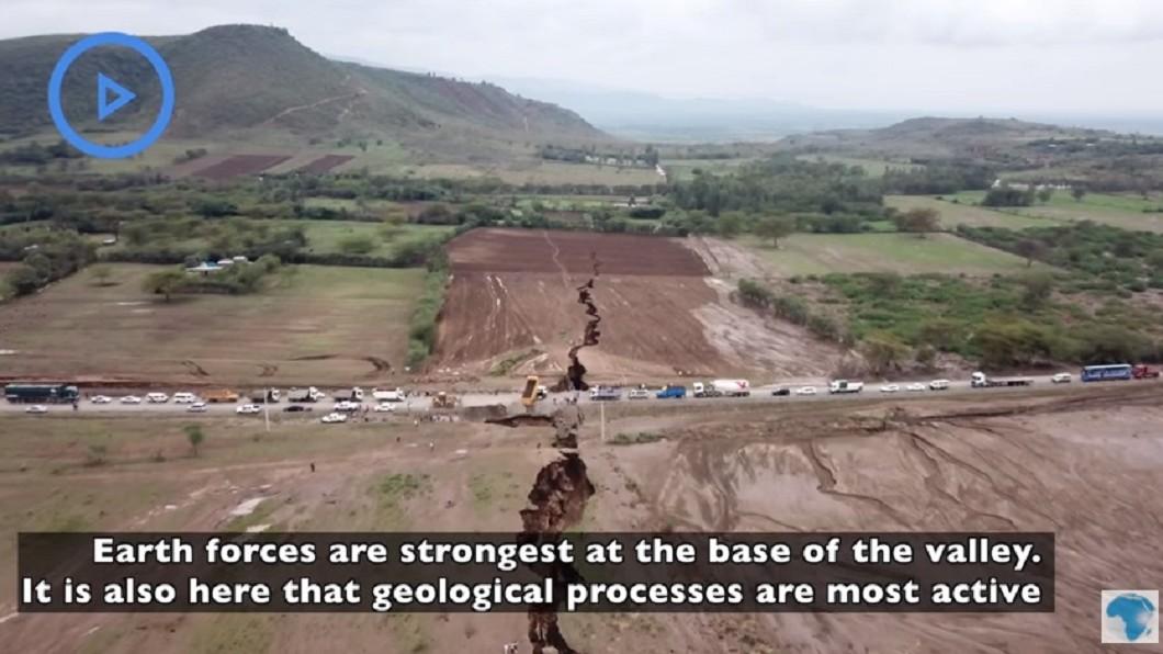 圖/翻攝自YouTube 肯亞公路出現「大裂痕」 專家警告:非洲大陸將裂兩半