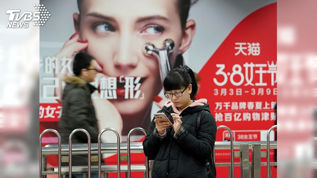 圖/達志影像路透社 販賣機+虛擬試妝鏡 陸上廁所順便購物