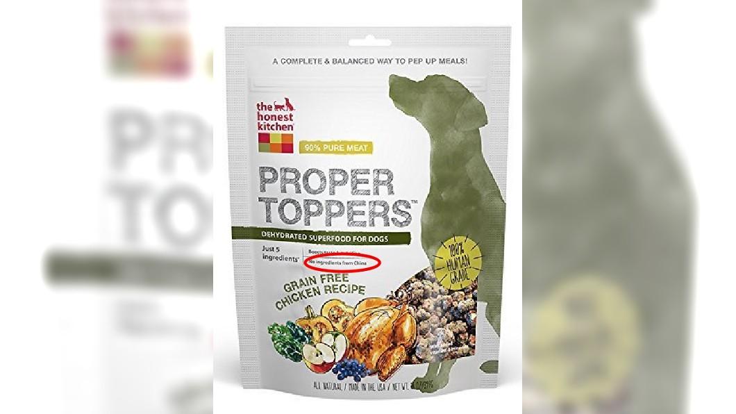 加拿大一名大陸居民買狗糧回家時,發現上頭標示「沒有來自中國的成分」。 圖/翻攝自亞馬遜 「狗糧」包裝上的一行字 徹底惹毛加拿大華人