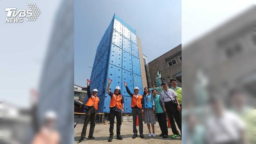 圖/中央社 北市華榮市場動工拆除改建 場外居民抗議