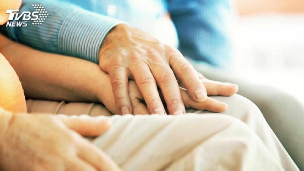 一名人妻在把玩丈夫手機時,發現丈夫與前女友外遇長達10年。示意圖/TVBS 妻玩夫手機驚見鹹濕對話 抓包與前女友外遇10年