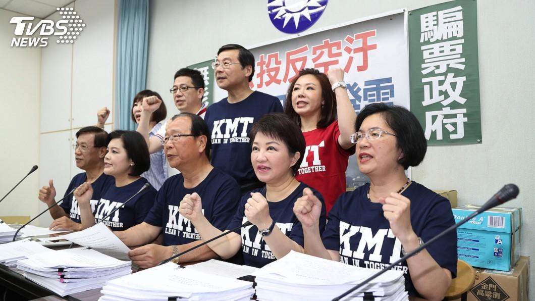 圖/中央社 反空污公投 國民黨遞交2.5萬份第一階段連署書