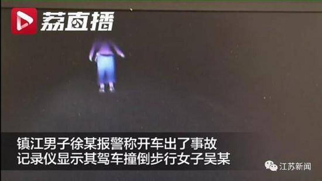 江蘇一名婦人遭車撞倒還被來回輾壓,但卻不願就醫治療。(圖/翻攝自雪花新聞) 把我撞死吧!罹癌婦尋死哭求 好友照做了…