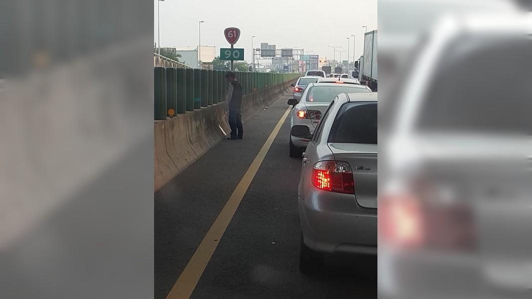 有男子塞西濱快速公路上因為憋不住,直接下車解放了。(圖/翻攝自爆廢公社) 塞車到膀胱快爆了 他在快速道路「這樣做」讓網友佩服