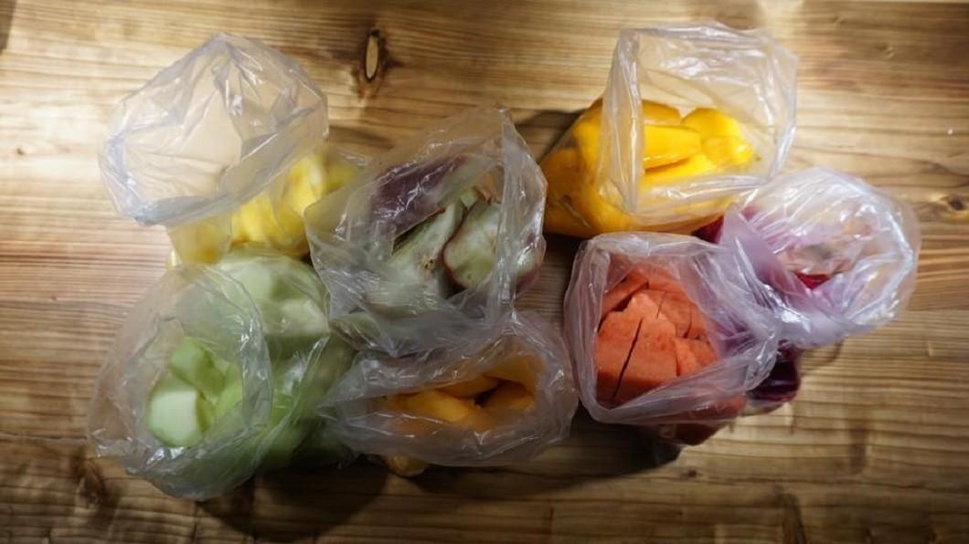 韓客日前到士林夜市買7袋水果,被索價1500元。圖/爆怨公社 韓客被當盤子削? 士林夜市7袋水果賣1500元!